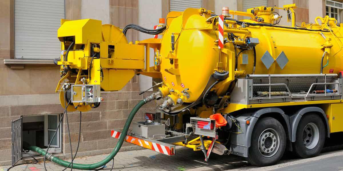 Camion pompe hydrocureur dans le Val-De-Marne