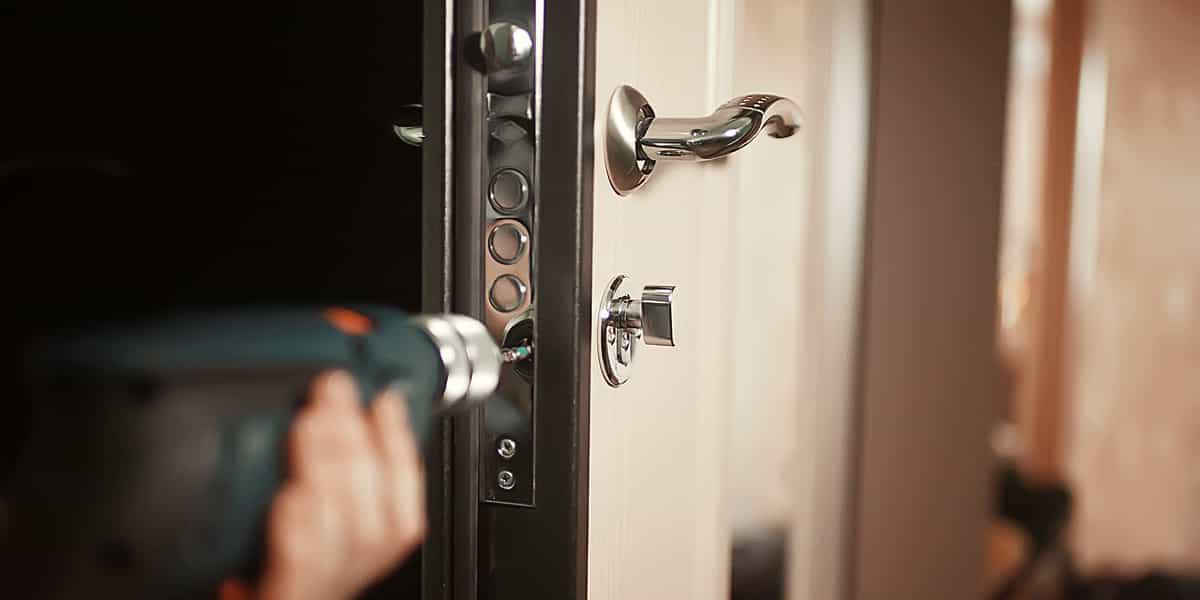 Comment nos serruriers réparent votre porte blindée qui accroche ?