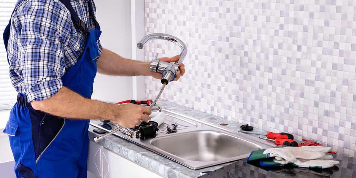 Installation plomberie : changement robinet par un plombier, expert en robinetterie
